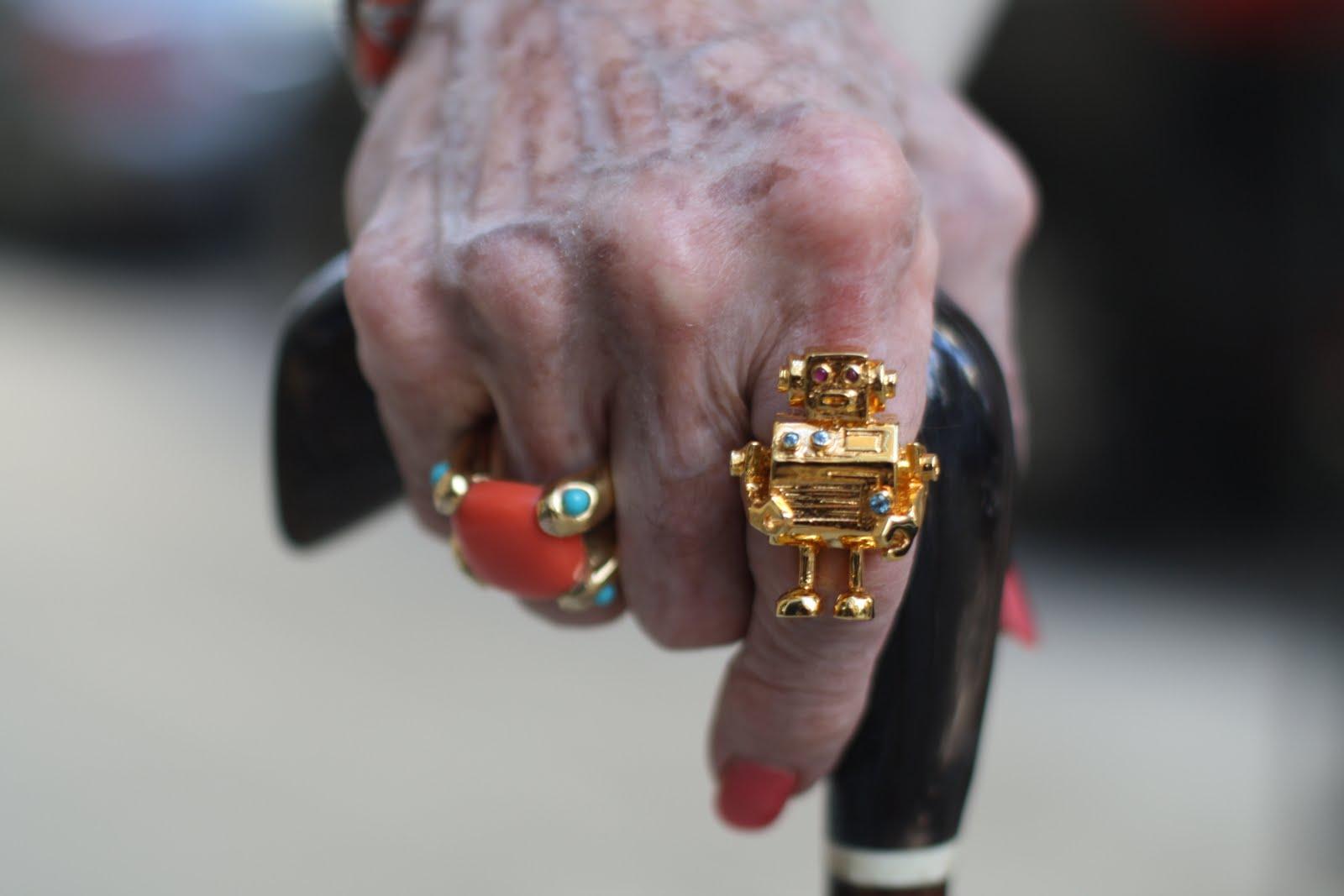 Интересно смотреть на пожилых людей, которые выглядят довольно стильно